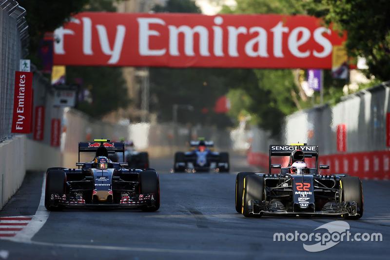 Carlos Sainz Jr., Scuderia Toro Rosso STR11 y Jenson Button, McLaren MP4-31