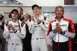 Тимо Бернхард и Брендон Хартли вместе с вице-президентом команды Porsche Team LMP1 Фрицем Эрцингером