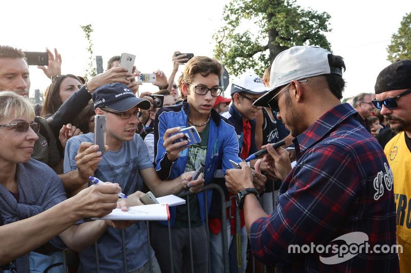 Lewis Hamilton, Mercedes AMG F1 firma autografi ai tifosi