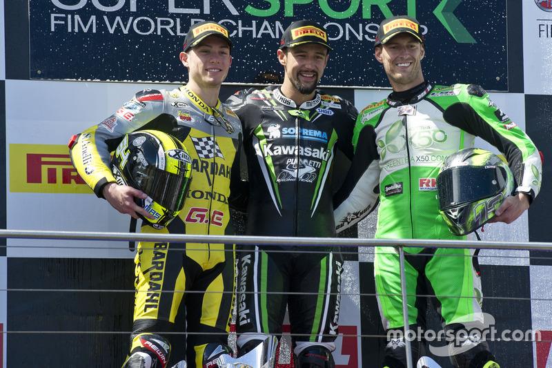 Podio: il secondo, Federico Caricasulo, il vincitore Randy Krummenacher, Puccetti Racing Kawasaki e