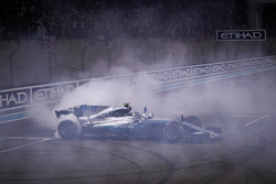 Race winner Valtteri Bottas, Mercedes AMG F1 W08 with doughnuts