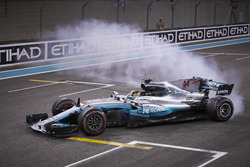 Lewis Hamilton, Mercedes AMG F1 W08, fait des donuts