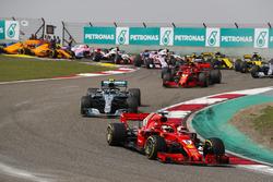 Sebastian Vettel, Ferrari SF71H, Valtteri Bottas, Mercedes AMG F1 W09, Kimi Raikkonen, Ferrari SF71H, Max Verstappen, Red Bull Racing RB14 Tag Heuer, e il resto del gruppo alla partenza