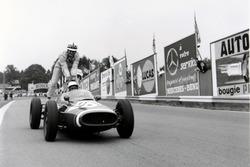Maurice Trintignant, Cooper T51-Maserati dà un passaggio a John Surtees, Cooper T53-Climax