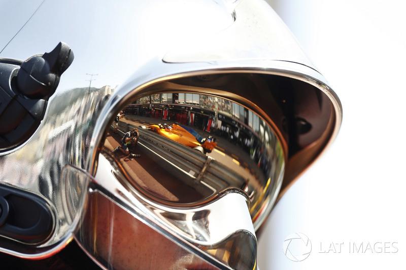 Fernando Alonso, McLaren MCL33, dans la visière d'un pompier