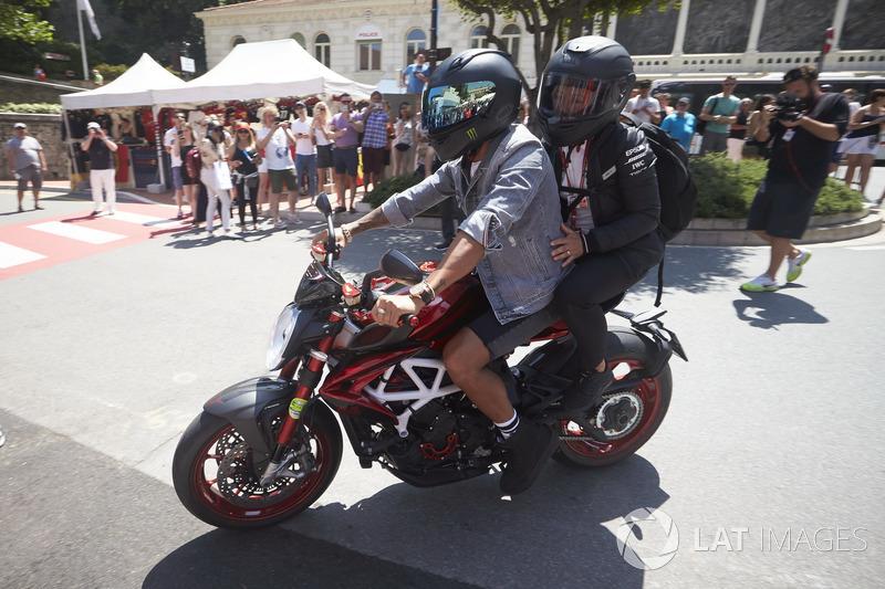 Lewis Hamilton, Mercedes AMG F1, à moto