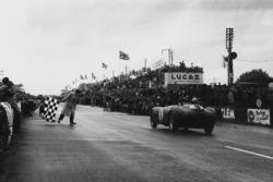 #4 Ferrari 375 Plus: Jose Froilan Gonzalez, Maurice Trintignant takes the win