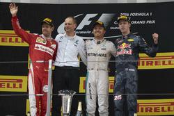 Подиум: обладатель второго места Себастьян Феттель, Ferrari, гоночный инженер Mercedes AMG F1 Тони Росс, победитель Нико Росберг, Mercedes AMG F1, третье место – Даниил Квят, Red Bull Racing