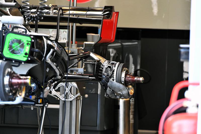 Vue détaillée du moyeu de roue arrière de la Haas F1 Team VF-18
