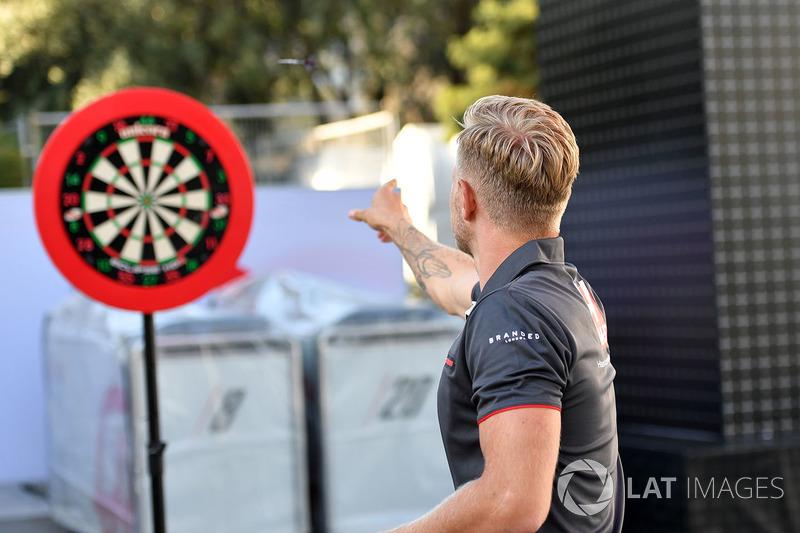 Kevin Magnussen, Haas F1 juega dardos