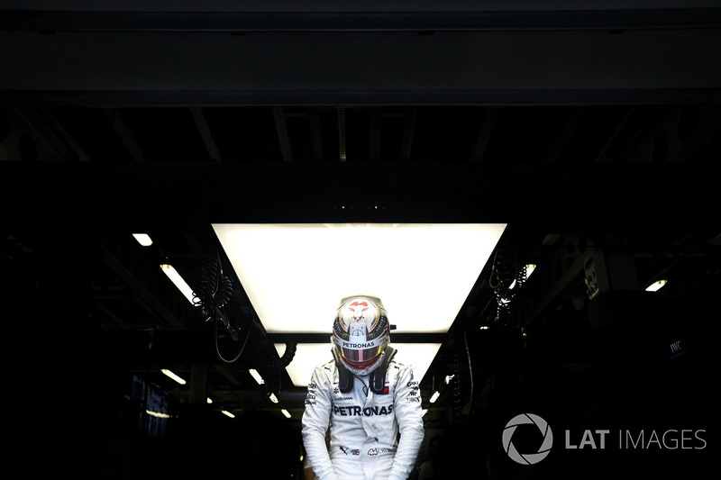 10. Lewis Hamilton, Mercedes AMG F1, climbs into his car