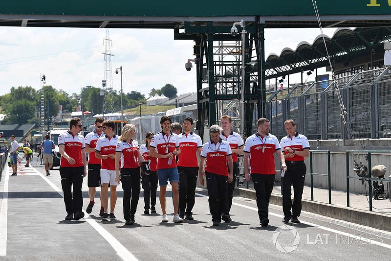 Charles Leclerc, Sauber dan Antonio Giovinazzi, Sauber, bersiap mengitari trek