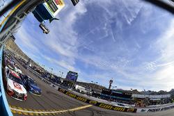 Matt Kenseth, Joe Gibbs Racing Toyota et Martin Truex Jr., Furniture Row Racing Toyota