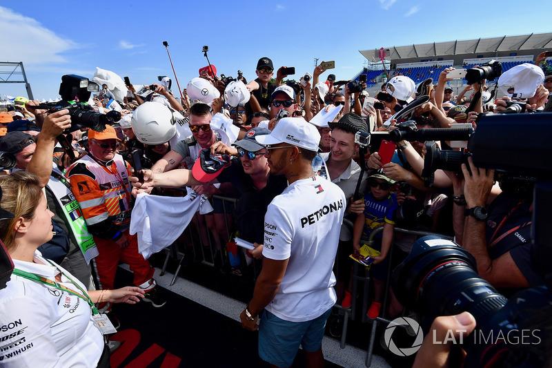 Lewis Hamilton, Mercedes-AMG F1 se hace un selfie con un aficionado