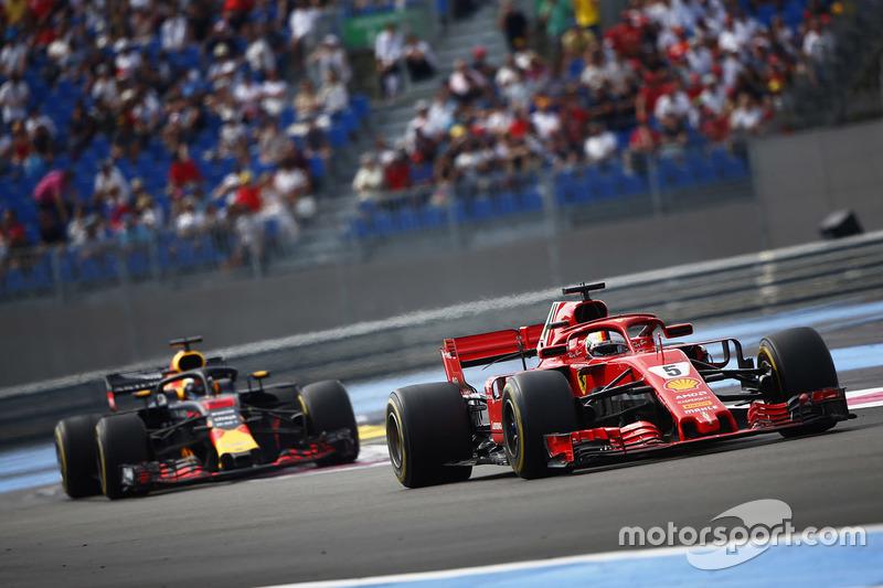 Sebastian Vettel, Ferrari SF71H, por delante de Daniel Ricciardo, Red Bull Racing RB14