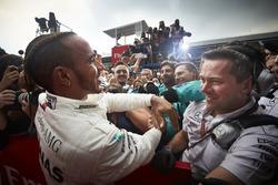 Winnaar Lewis Hamilton, Mercedes AMG F1, juicht in Parc Ferme met zijn team