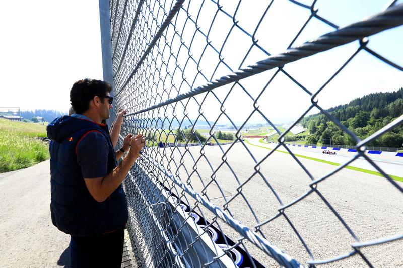 Mark Webber memantau Marc Marquez dari pinggir trek