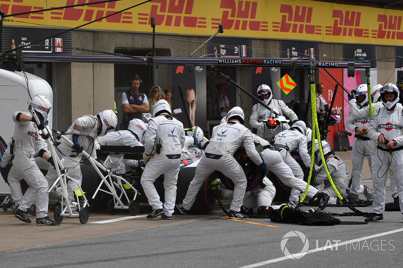 Sergey Sirotkin, Williams FW41, hace un pit stop