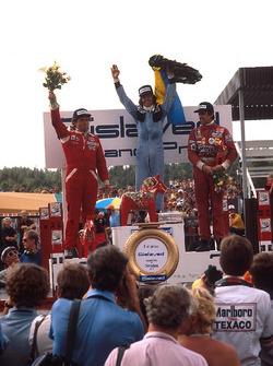Podio: ganador de la carrera Jacques Laffite, Ligier, segundo lugar Jochen Mass, McLaren, tercer lug