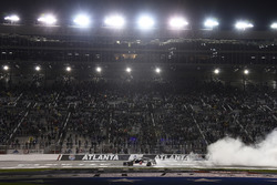 Kevin Harvick, Stewart-Haas Racing, Jimmy John's Ford Fusion, fa un burnout dopo la vittoria