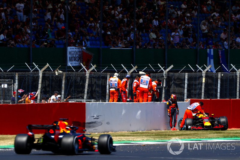 Max Verstappen, Red Bull Racing RB14, tras su accidente y Daniel Ricciardo, Red Bull Racing RB14