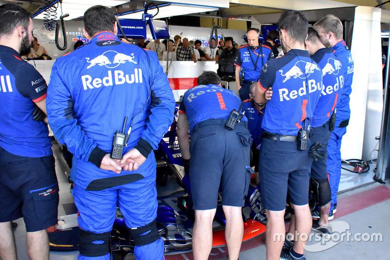 Les mécaniciens vérifient la voiture de Pierre Gasly, Scuderia Toro Rosso STR13