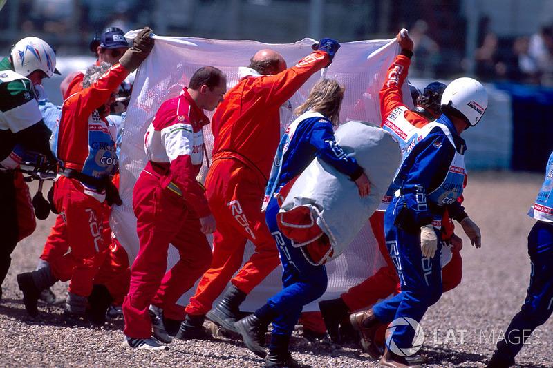 La memoria todavía estaba fresca del fatal accidente de Roland Ratzenberger y Ayrton Senna, cuando todo el mundo vio con gran expectación cómo se puso una lona sobre el coche de Schumacher, tratando de ocultar el daño.