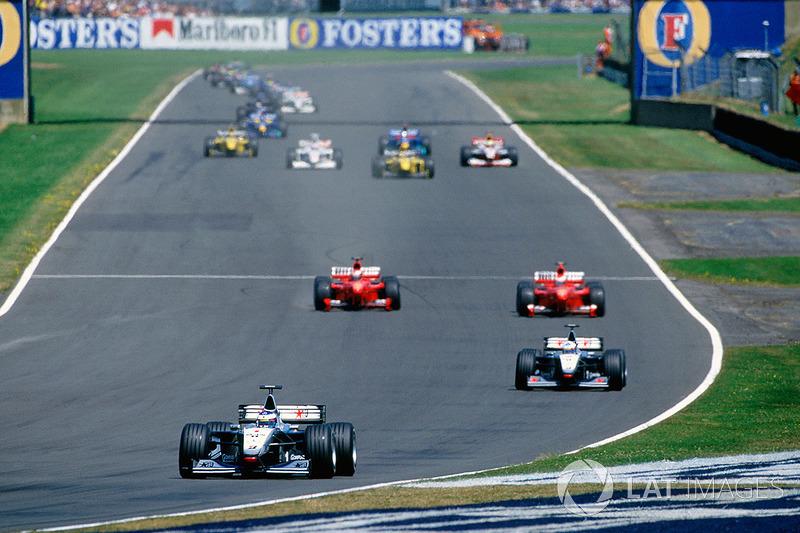 ... pero todo salió mal. Al presionar el pedal del freno no se produjo el efecto esperado, debajo de las ruedas delanteras del F399 vino una nube de humo. En ese momento, la velocidad ya era demasiado alta. Schumacher fue a encontrarse con la pared de neumáticos, pero hasta el último giró el volante y trató de conducir el automóvil sin lograrlo...