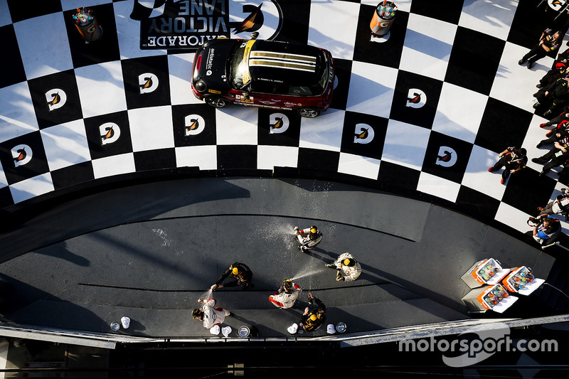 Podio ST: primer lugar Derek Jones, Mat Pombo, MINI JCW Team, segundo lugar Jeff Mosing, Eric Foss, Murillo Racing, tercer lugar Nick Galante, Spencer Pumpelly, RS1