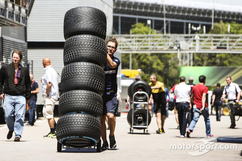 Механик Sauber с шинами