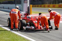 Sebastian Vettel, Ferrari SF70H, es asistido por oficiales en pista