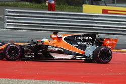 Fernando Alonso, McLaren MCL32, damage from a first corner crash
