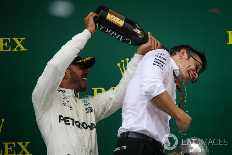 Ganador de la carrera Lewis Hamilton, Mercedes AMG F1 y Peter Bonnington, Mercedes AMG F1 ingeniero