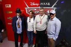 Ross Brawn, Director general de Motorsports, FOM, Actores Woody Harrelson y Owen Wilson en el garaje promocional de Cars 3