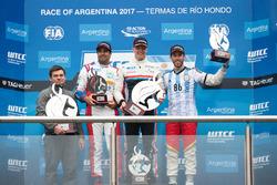 Podio: il vincitore Yann Ehrlacher, RC Motorsport, il secondo classificato Esteban Guerrieri, Campos Racing, il terzo classificato Mehdi Bennani, Sébastien Loeb Racing