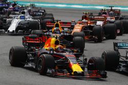 Старт гонки: Макс Ферстаппен и Даниэль Риккардо, Red Bull Racing RB13, Стоффель Вандорн, McLaren MCL