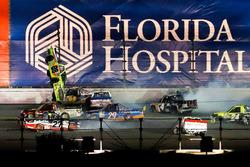"Crash: ""Big One"" mit Matt Crafton, ThorSport Racing, Toyota"