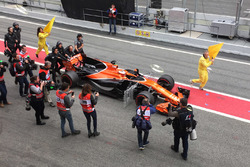 Stoffel Vandoorne, McLaren MCL32 pushed down the pit lane