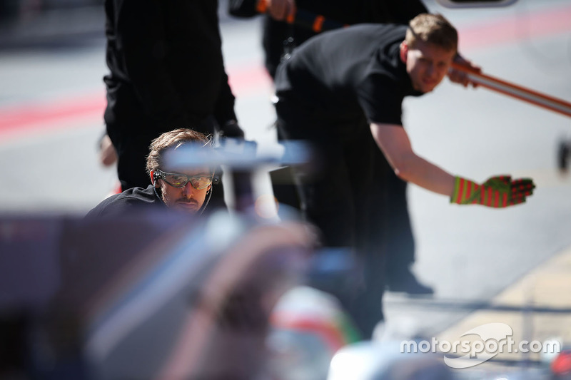 Sahara Force India F1 Team mechanic practices a pit stop