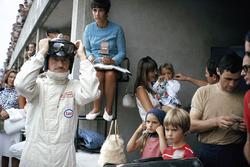 Грэм Хилл готовится к старту в окружении своей семьи: жены Бетт и нянечки, приглядывающей за тремя его детьми. Спереди справа – будущий чемпион мира Дэймон Хилл
