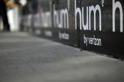 Schriftzug Hum am Boxenplatz von Josef Newgarden, Team Penske, Chevrolet