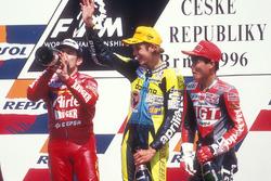 Podium : victoire pour Valentino Rossi, Aprilia, devant Jorge Martinez, Aprilia, et Tomomi Manako, Honda