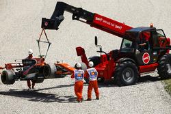 Маршалы убирают с трассы McLaren MCL32 Стоффеля Вандорна
