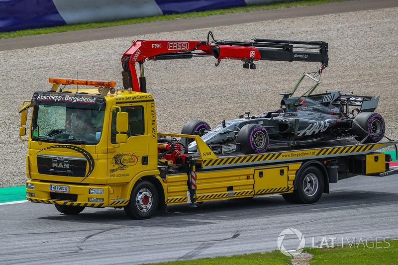 Болід Ромена Грожана (Haas F1 Team VF-17) евакуюють після зупинки
