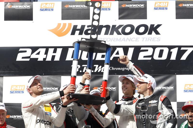 Podio: ganador de la carrera #911 Herberth Motorsport Porsche 991 GT3 R: Daniel Allemann, Ralf Bohn, Robert Renauer, Alfred Renauer, Brendon Hartley con el trofeo