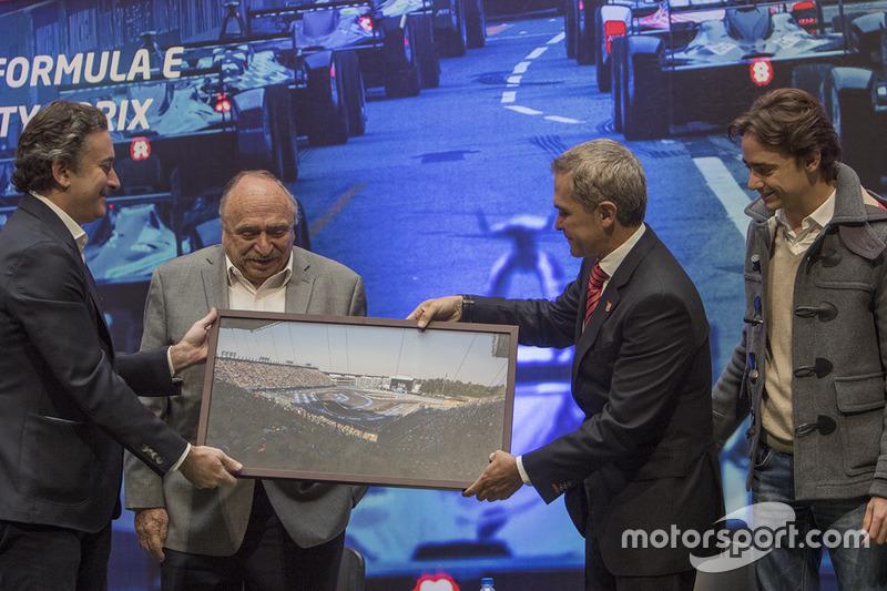 Alejandro Agag, CEO Fórmula E, José Abed, Vice presidente FIA México, Miguel Angel Mancera, Gobernador de la Ciudad de México y Esteban Gutiérrez