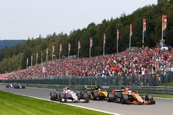 Fernando Alonso, McLaren MCL32 y Nico Hulkenberg, Renault Sport F1 Team RS17, Esteban Ocon, Sahara F
