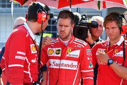 Sebastian Vettel, Ferrari, Riccardo Adami, ingegnere di pista Ferrari e Antti Kontsas, trainer