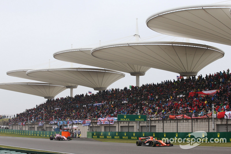 Fernando Alonso, McLaren MCL32 y Sergio Pérez, Force India VJM10