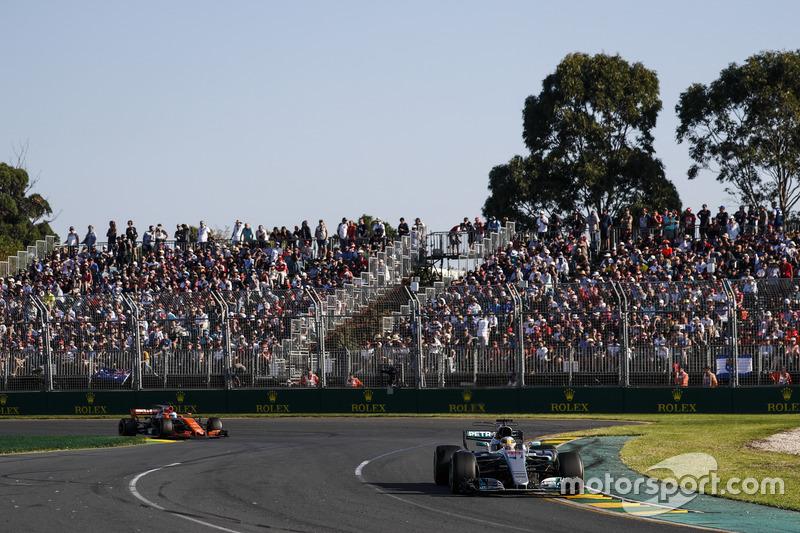 Lewis Hamilton, Mercedes AMG F1 W08 y Fernando Alonso, McLaren MCL32